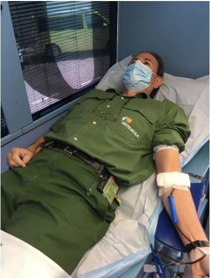 Un empleado de Iberdrola CN Cofrentes en el autobanco de donación